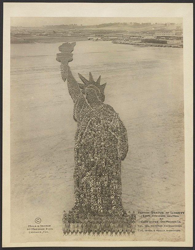 16. 18 bin Amerikan askerinin bir araya gelerek oluşturduğu Özgürlük Anıtı heykeli görüntüsü, 1918.
