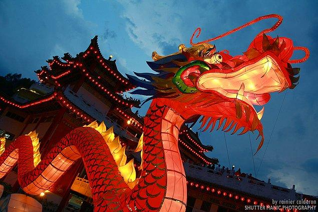 Avrupa kültüründe uğursuzluk getirdiklerine inanılan, efsanelerde kötü karakterler olduğuna inanılan ejderhalar, Çin'de ise aksine iyiliğin ve bilgeliğin sembolüdür.