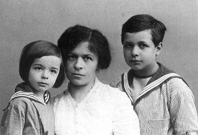 Einstein'in 1914 senesinde Berlin tren garında bırakıp gittiği çocuğu ise şöyle der onun hakkında: