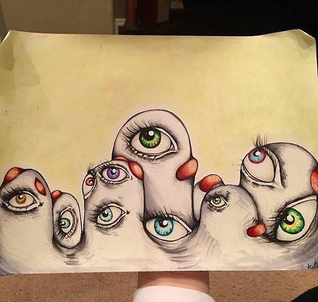 Bu da gördüğü gözlerden bir örnek. Kate bu gözleri duvarlarda ya da zeminde hareket ederken görüyor.