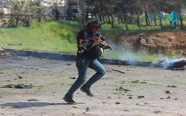 Genellikle bir savaş fotoğrafçısının içgüdüsü objektifin önünde olup bitenler ne olursa olsun fotoğraf çekmeye devam etmektir.