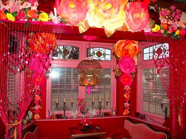 Eğer kaldığınız odanın farklı bir gerçeklikten gelmiş gibi durması hoşunuza gidiyorsa bir de şu yemek odasına bakın.