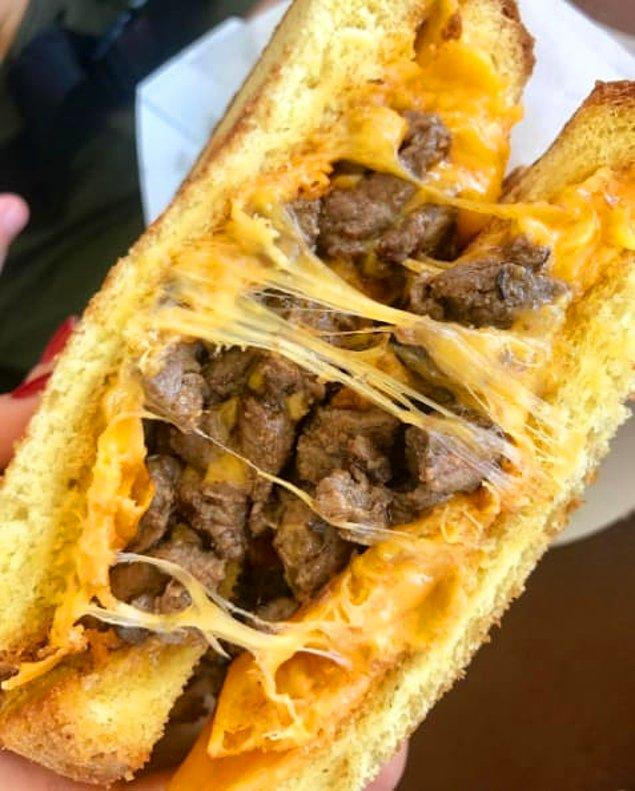 2. Bu filet mignon'lu peynirli tost.