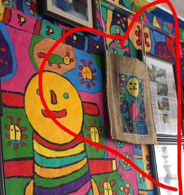 O çantalardan birisi de Muhammed'in evinde kendi tablosunun yanında asılı duruyor!