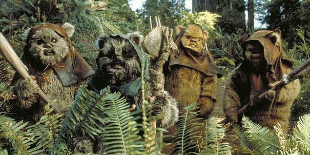 """36. """"Jedi'ın Dönüşü"""" filminin tamamında yer alsalar da, Ewoklar hiçbir zaman sesli konuşmuyorlar."""