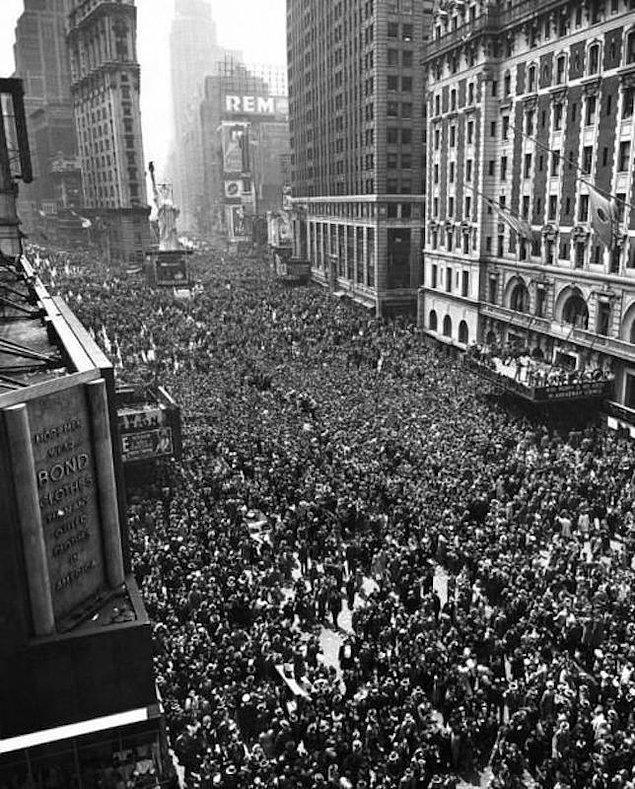 21. Times Meydanı'nda II. Dünya Savaşı'nın bitişini kutlayan iki milyon insan, 1945.