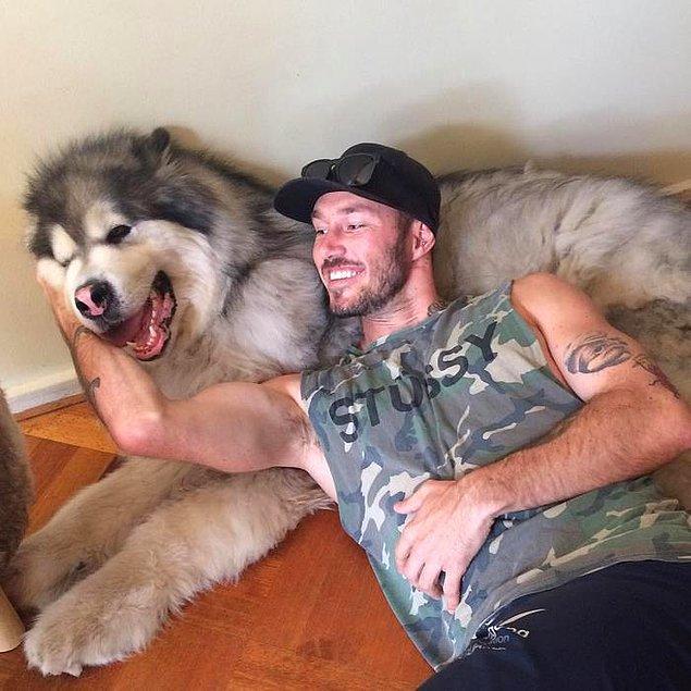 Kendisi tam zamanlı hayvan kurtarma görevlisi, boş zamanlarında da ihtiyacı olan hayvanlara bakıcılık yapıyor.