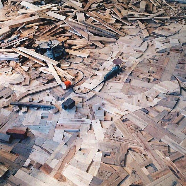 """""""Öncelikle zemine 10 mm şeklinde bir kontrplak döşedim ve ahşap blokları bunun üzerine yapıştırmaya başladım."""""""