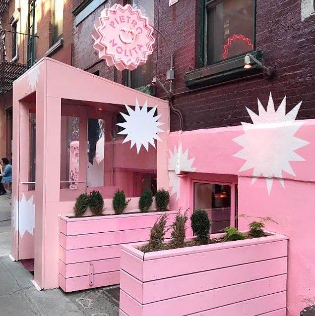 7. New York'ta bir kafe.