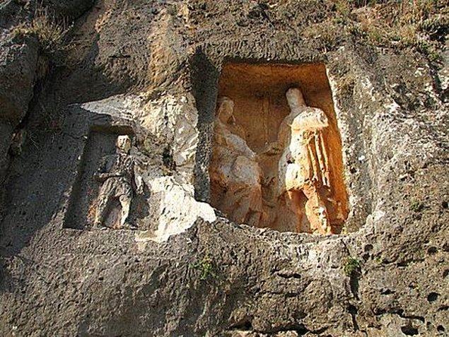 Vadinin yamaçlarına oyularak yapılmış bu kabartmalar gören herkesin dikkatini çekiyor. Hikaye ise çok eski zamanlara dayanıyor.