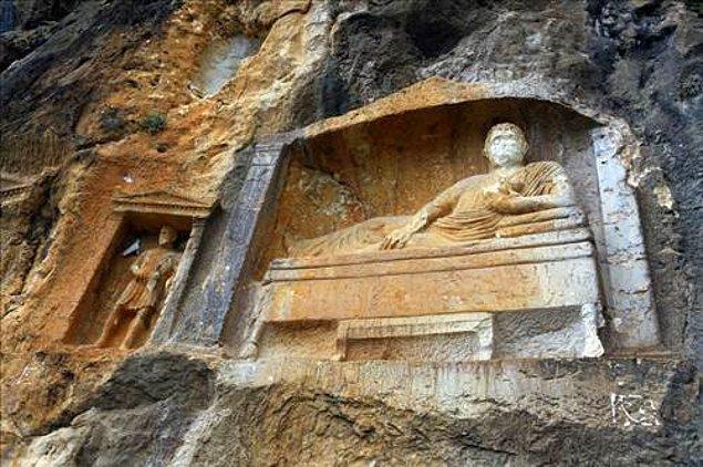 Milattan önce 3. yüzyılla milattan sonra 3. yüzyıl arası yapılmış olduğu tahmin edilen bu eşine zor rastların kabartmaların ismi Adam Kayalar.