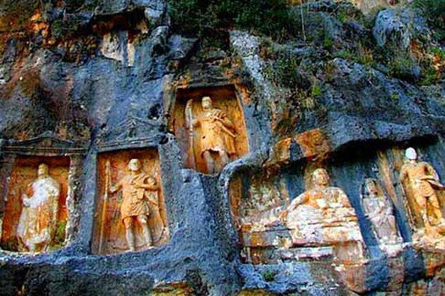 Yaklaşık 250 yılda yapıldığı düşünülen Adam Kayalar, incelemeden sonra çerçevelerin altında bulunan yazılarda ölen rahiplerin isimlerinin yazılı olduğu anlaşılmış.
