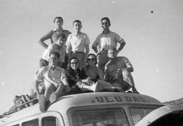 """2. Fotoğraftaki gençler doluşmuş otobüse """"Ver elini Uludağ, yapalım bir yaz pikniği, çekelim içimize mis gibi Uludağ havası!"""" diyerek yola çıkmışlar belli ki..."""