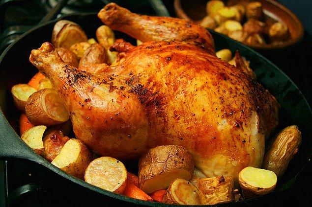 4. Bütün tavuk pişirmenin gerçekten çok pratik olduğunu düşünüyoruz.