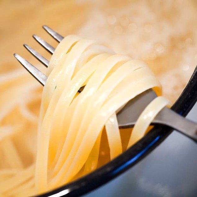 8. Lezzete yoğunluğuk katmak için makarnayı sebze, et ya da tavuk suyunda haşlayın.