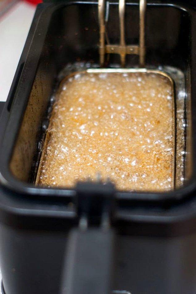 9. Makarnayı kızgın yağda kızartarak tatlı ya da tuzlu atıştırmalıklar yapabilirsiniz.