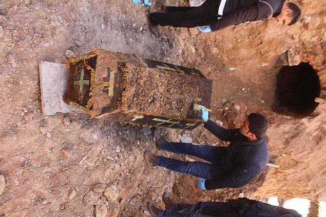 İskelet üzerindeki çizme ve paltosunun çürümüş olduğu tabuttaki cesedin Hristiyan bir erkek askere ait olduğu belirlendi.