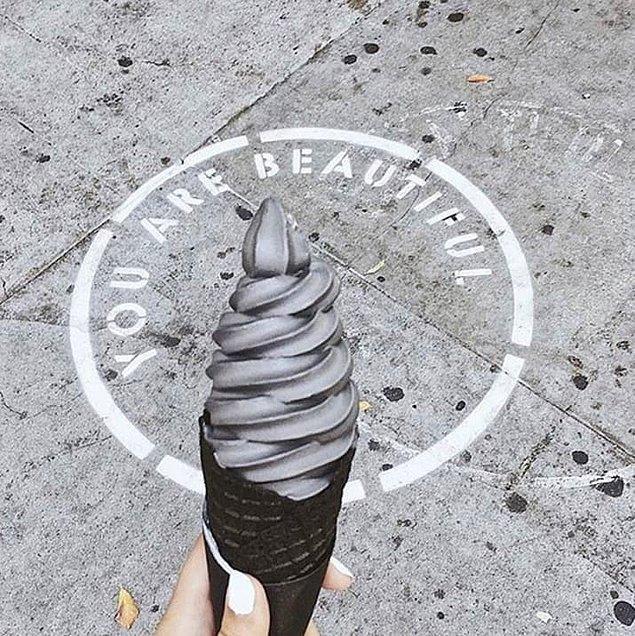 Dondurmayı badem ve etkinleştirilmiş kömürden gelen siyah renk oluşturuyor.
