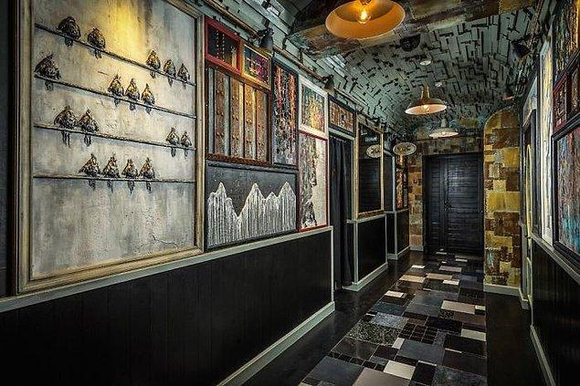 Mucizevi bir şekilde patlamada zarar görmemiş resimleri barın duvarlarına astı.