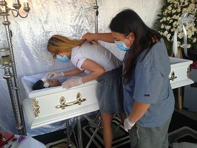 Ne kadar üzücü olsa da huzur dolu fotoğraflar geriye kaldı cenazesinden.