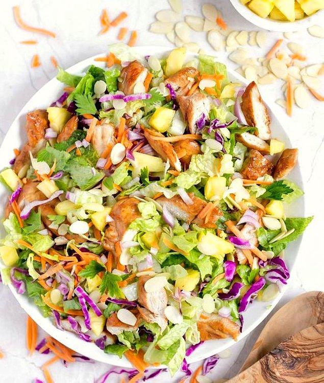8. Çam fıstığı ve çıtır tavukla yapılmış marul salatası