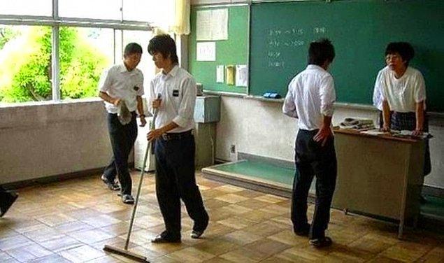 3. Çoğu Japon okulunda hademe bulunmaz, öğrenciler temizliklerini kendileri yaparlar ve bunun ahlak ve disiplin getirdiği düşünülür.