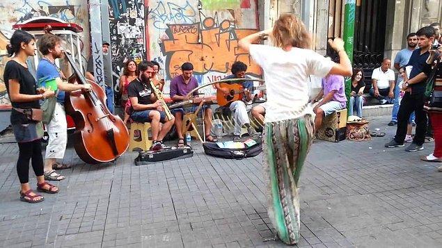 Yoldan geçen herkesin kulaklarının pasını silen sokak müzisyenlerinin uzaklaşması; onların yerine müzisyen olmayıp sadece gürültü kirliliği yaparak para kazanmayı amaçlayan kişilerin gelmesi