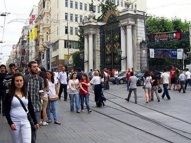 Caddenin simgesi haline gelen tramvayın alt yapı çalışmaları sebebiyle kaldırılması ve bitmeyen inşaat
