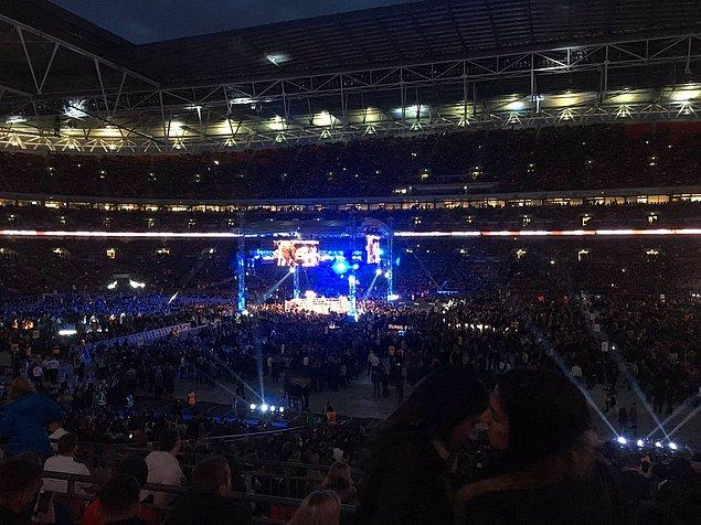 Bugüne dek oynadığı 18 maçın tamamını nakavt ile kazanan Joshua ile 11 yıl yenilmezlik unvanını Tyson Fury karşısında kaybeden Klitschko arasındaki zorlu karşılaşma Londra'daki Wembley Stadı'nda 90 bin kişi önünde yapıldı.