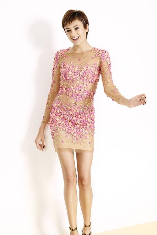 39724d4d31064 Mini mezuniyet elbisesi deyince akla hemen dizüstü kabarık kat kat tüller  geliyor. Elbette o da bir seçim, ancak trend olan mini elbiseler daha çok  düz ...
