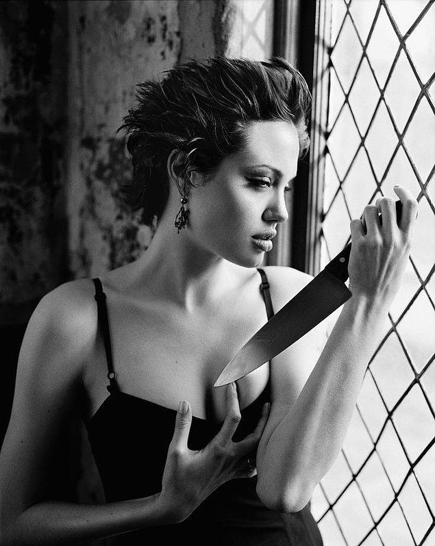 3. Angelina Jolie'nin ilk seks tecrübesi ise hurafe sandığımız bıçak tutkusuna bir gönderme yapıyor adeta!