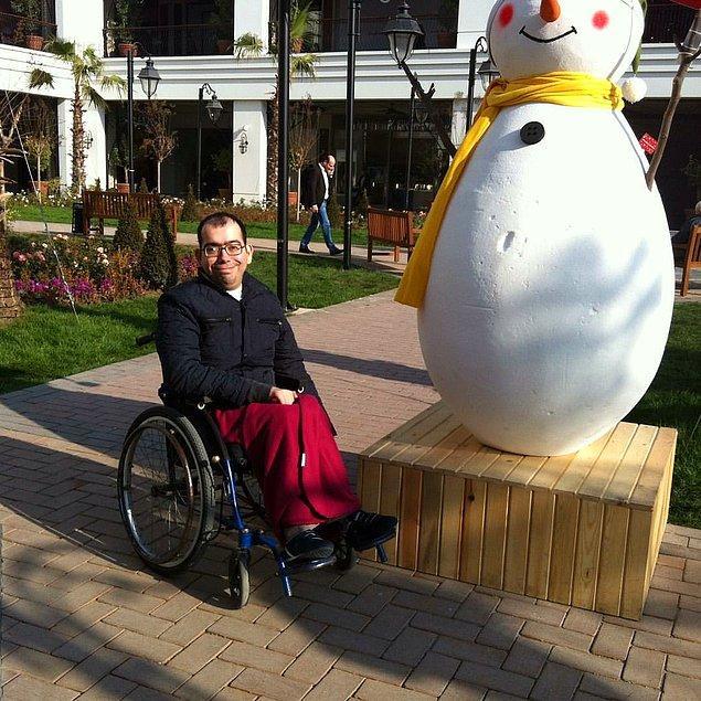 Erkan sahip olduğu kas hastalığından dolayı neredeyse bütün hayatını tekerlekli sandalyede geçirmiş.