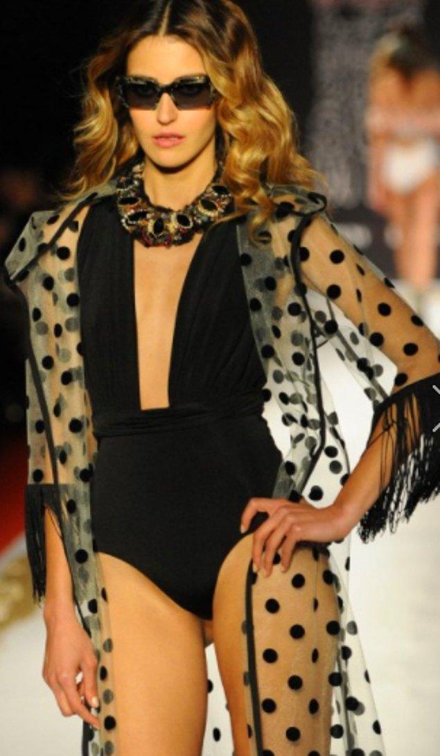 11. Yıllardır üst üste stil ikonu seçilen Gossip Girl'ün Serena'sı Blake Lively mayo konusunda da yanılıyor olamaz değil mi? Altına bir şort giyip gece kıyafetine döndürebileceğiniz kadar gözalıcı!
