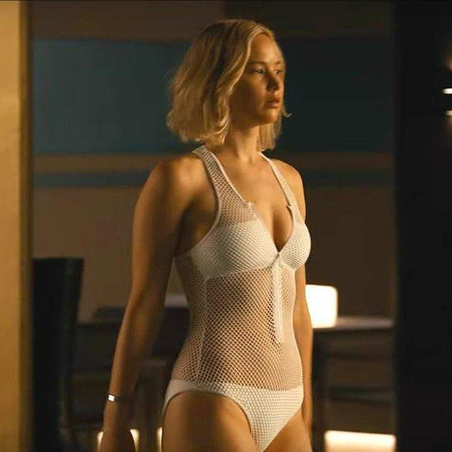 2. Jennifer Lawrence'ın Passenger filminde giydiği ve artık onunla ömür boyu anılacak kadar meşhur ettiği bu tasarım bikiniyi aramaktan bitap düştüyseniz artık bu uğraşın sonuna geldik 😎