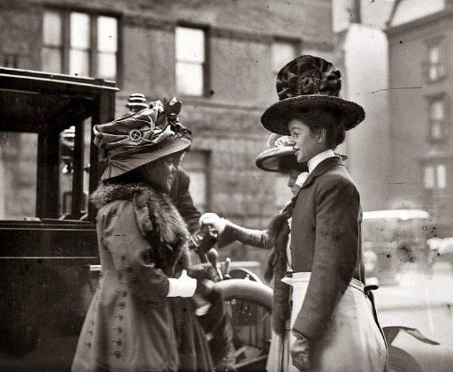 Bu savunma yöntemi zamanla o kadar yaygınlaştı ki, bastırılan bazı broşürlerde kadınlara bu iğneleri nasıl kullanacakları fotoğraflarla anlatılmaya başlandı.