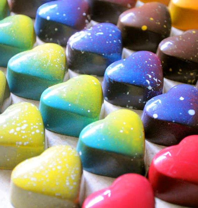 22. Gökkuşağının renklerinde çikolata fondanlar!💙💚💛