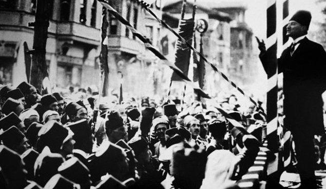 Paşa hazretleri arabalarından indiler ve kendisini çevreleyen halkın arasında Süreyya Sami Bey'in nutkunu dinlediler ve sonra Gazi Paşa hazretleri karşılıkta bulundular: