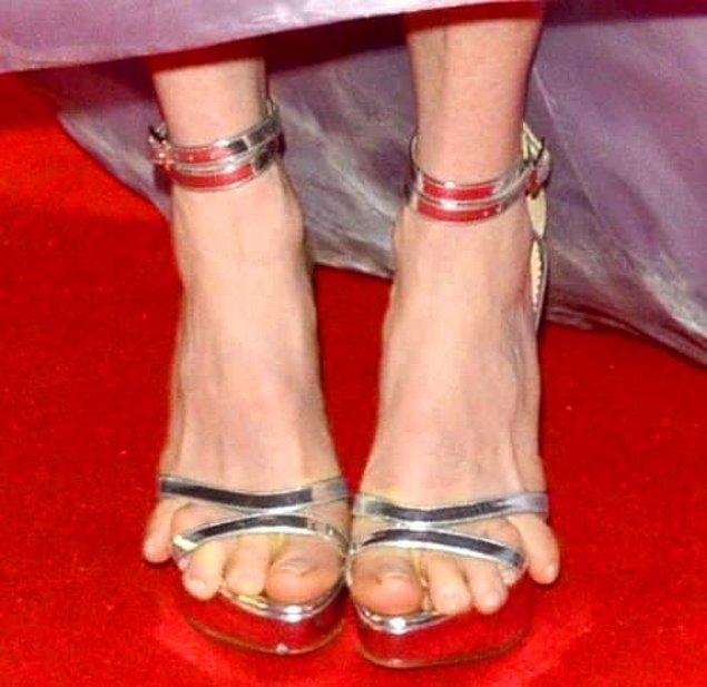 3. Giydikçe açılan, açıldıkça parmaklarını serbest bırakan o ayakkabı... Denerken hiç de öyle durmamıştır oysa ki.