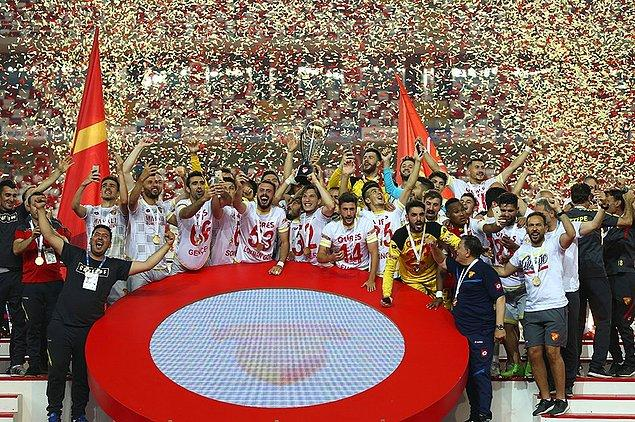 Göztepe 14 yıl sonra Süper Lig'e çıktı. Murat Akın ise 8. kez formasını giydiği bir takımı Süper Lig'e çıkardı.