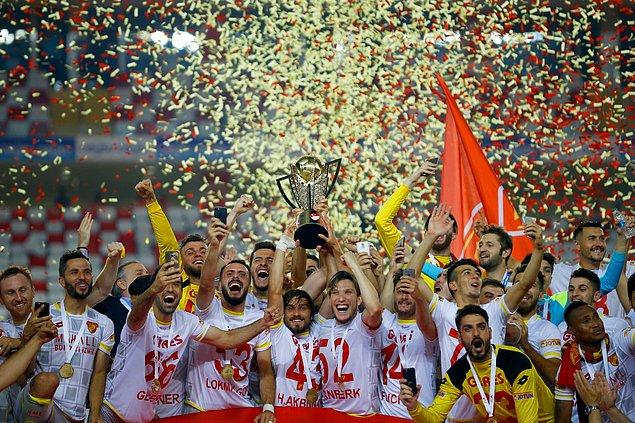 Türkiye'nin köklü kulüplerinden Göztepe, play-off finalinde Eskişehirspor'u yenerek 14 yıl aradan sonra yeniden Süper Lig'e yükseldi.