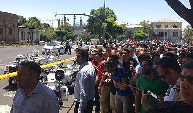 İran İçişleri Bakanlığı'ndan yapılan açıklamaya göre teröristler kadın kılığında meclisin ana kapısından içeri girdi.