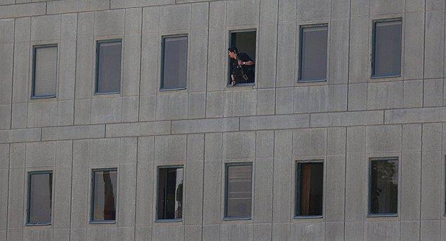 İranlı yetkililer parlamentodaki dört saldırganın da öldürüldüğünü ve rehine krizinin sona erdiğini açıkladı.