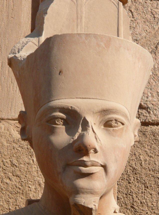 10. Akhenaton, saltanatının 5. yılından sonra Amon'un adını tüm eserlerden sildirmek için bir program başlattı.