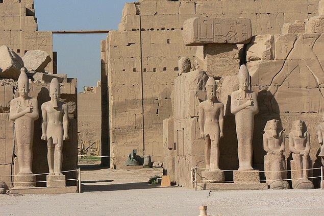 11. Tarihçi Barbara Watterson, Akhenaton'un saltanatının 9. yılında Mısır'ın eski tanrılarını yasaklamasının ve tapınakların kapatılmasını emretmesinin, ülkenin ekonomik ve sosyal hayatında önemli değişikliklere neden olduğunu belirtti.