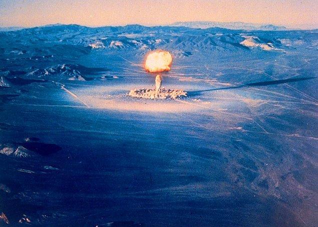 2. 1951'de patlatılan bombadan yükselen bulut.