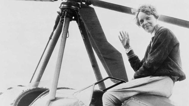 Amelia Earhart, 2 Temmuz 1937'de uçağıyla dünyayı dolaşmaya çalışırken ona eşlik eden Fred Noonan ile ortadan kayboldu.