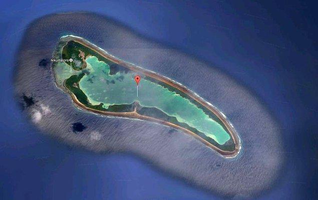 Robinson Crusoe'u hatırlatan bu hikaye Nikumaroro adında küçük bir adada başlıyor.