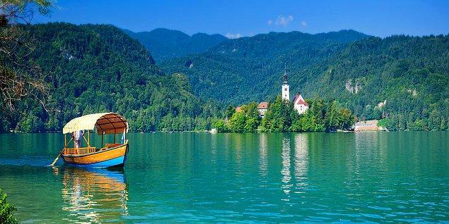 Bled'in tarihini bitirip güzelliklerine gelecek olursak, gölde tekne turlarına katılmanız ve muhteşem güzelliği su yolu ile keşfetmeniz de mümkün. Pletna adı verilen geleneksel ahşap teknelerle sıklıkla karşılaşacaksınız.