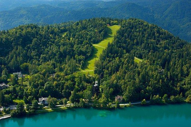 Bled meşhur gölü ve tarihî yapılarının yanı sıra, gölü çevreleyen yemyeşil tepelere de sahip ki, bu durum manzarayı daha da harika kılıyor gördüğünüz üzere.