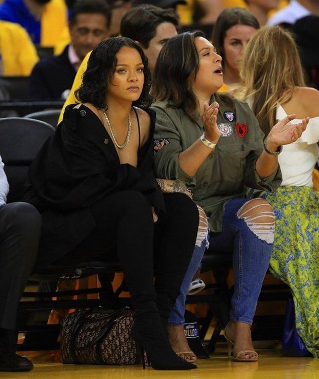 Geçtiğimiz hafta Barstool Sports adlı bir spor blogunun yazarlarından Chris Spagnuolo Rihanna hakkında bir yazı yazmış.